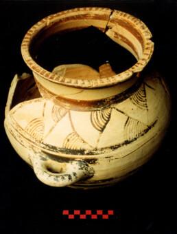 Vaso in ceramica italo-micenea (inizio XII sec. a.C.) dal sito di Broglio di Trebisacce, Italia