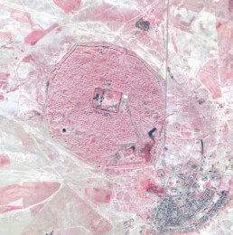 Hatra (Iraq) in un'immagine pan-sharpened QuickBird-2 a falso colore infrarosso del 2004