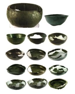 Vasi bronzei di importazione etrusca dalla tomba 1/89 di Canosa-Toppicelli (VII sec. a.C.). Da