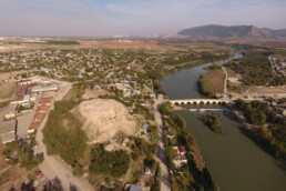 L'höyük di Misis sulla riva destra del fiume Ceyhan. Sullo sfondo il massiccio del Misis Dağ