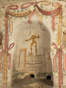 """Rappresentazione dello Stretto di Messina con la statua di Zeus Peloros. """"Sacello pagano"""", catacomba di Santa Lucia a Siracusa"""