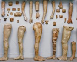 Antichi ex voto con parti anatomiche dall'Asklepieion di Corinto