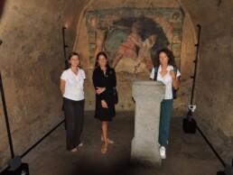 Da sinistra a destra: la direttrice dei lavori, Emanuela Todini, la funzionaria della Soprintendenza Gabriella Serio e la ricercatrice CNR ISPC Loredana Luvidi, davanti la scena mitraica